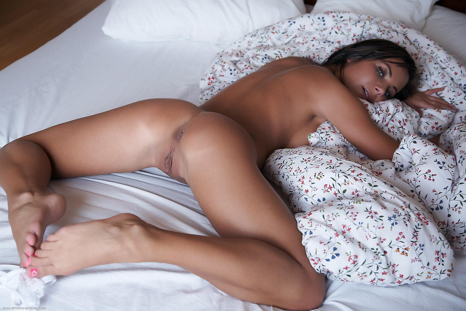 Секс на кровате в попку 21 фотография